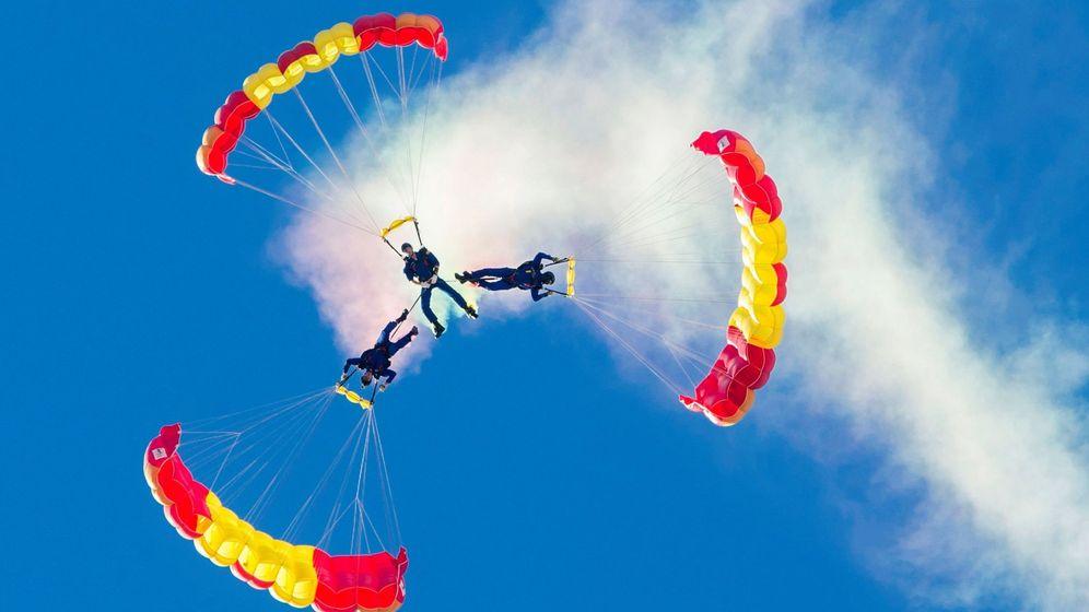 Foto: Tres paracaidistas de la Patrulla Acrobática Paracaidista del Ejército del Aire. (EFE)