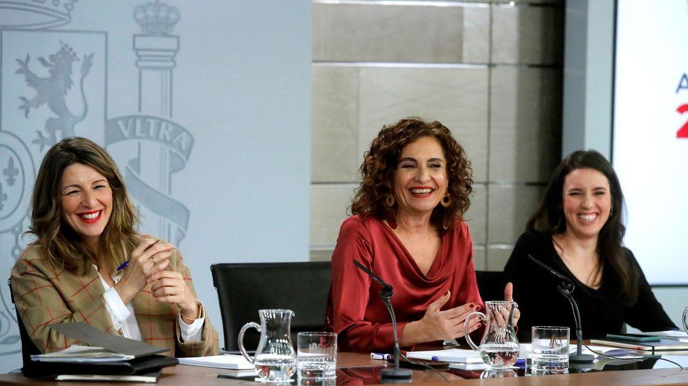 Foto: María Jesús Montero, con las ministras de UP Yolanda Díaz e Irene Montero, el pasado 18 de febrero. (EFE)