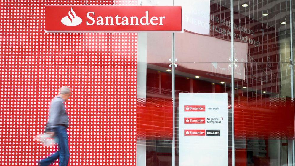 Foto: Un hombre camina frente a una sucursal del Banco Santander. (EFE)