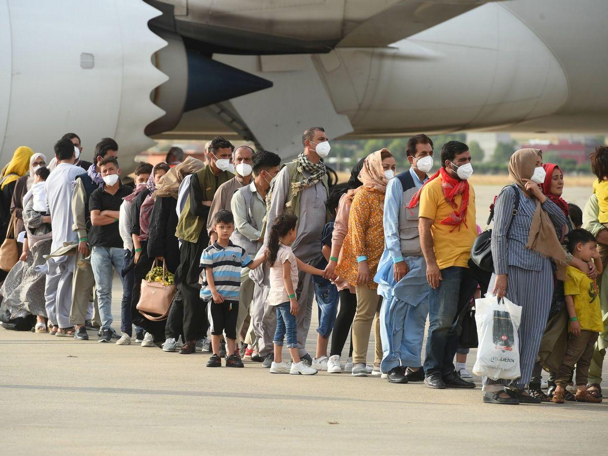 Foto: Algunas de las 260 personas procedentes de Afganistán que han llegado este lunes a Torrejón. (EFE)