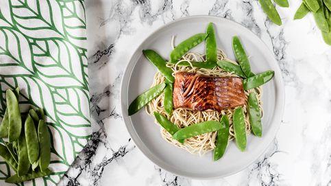 Teriyaki de salmón con tirabeques y fideos: sabores orientales en la mesa