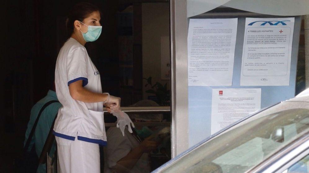 Foto: Una mujer con una mascarilla entra en la residencia de mayores Orpea Loreto. (EFE)