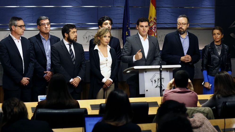 Foto: El líder de Ciudadanos, Albert Rivera, acompañado de la dirección de su grupo parlamentario. (EFE)