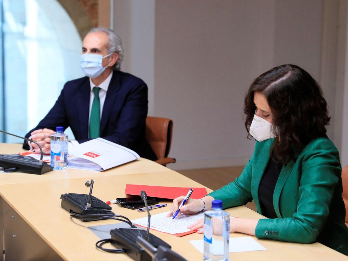 Foto: Isabel Díaz Ayuso, junto a Enrique Ruiz Escudero. (EFE)