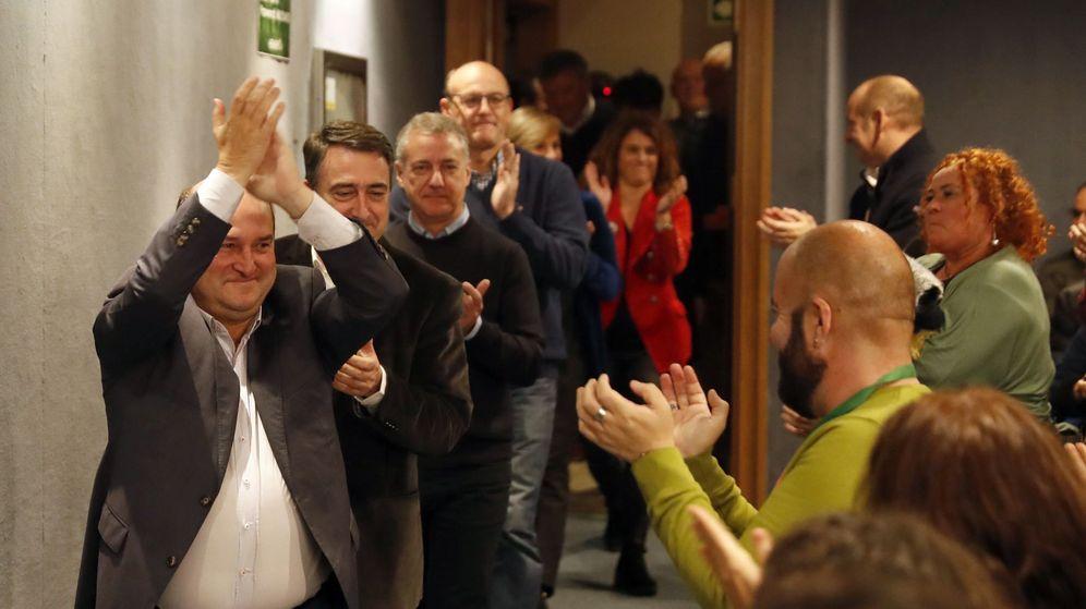 Foto: El presidente del PNV, Andoni Ortuzar, (i) junto al lendakari, Iñigo Urkullu, (3-i) y dirigentes y candidatos celebran los resultados electorales. (EFE)