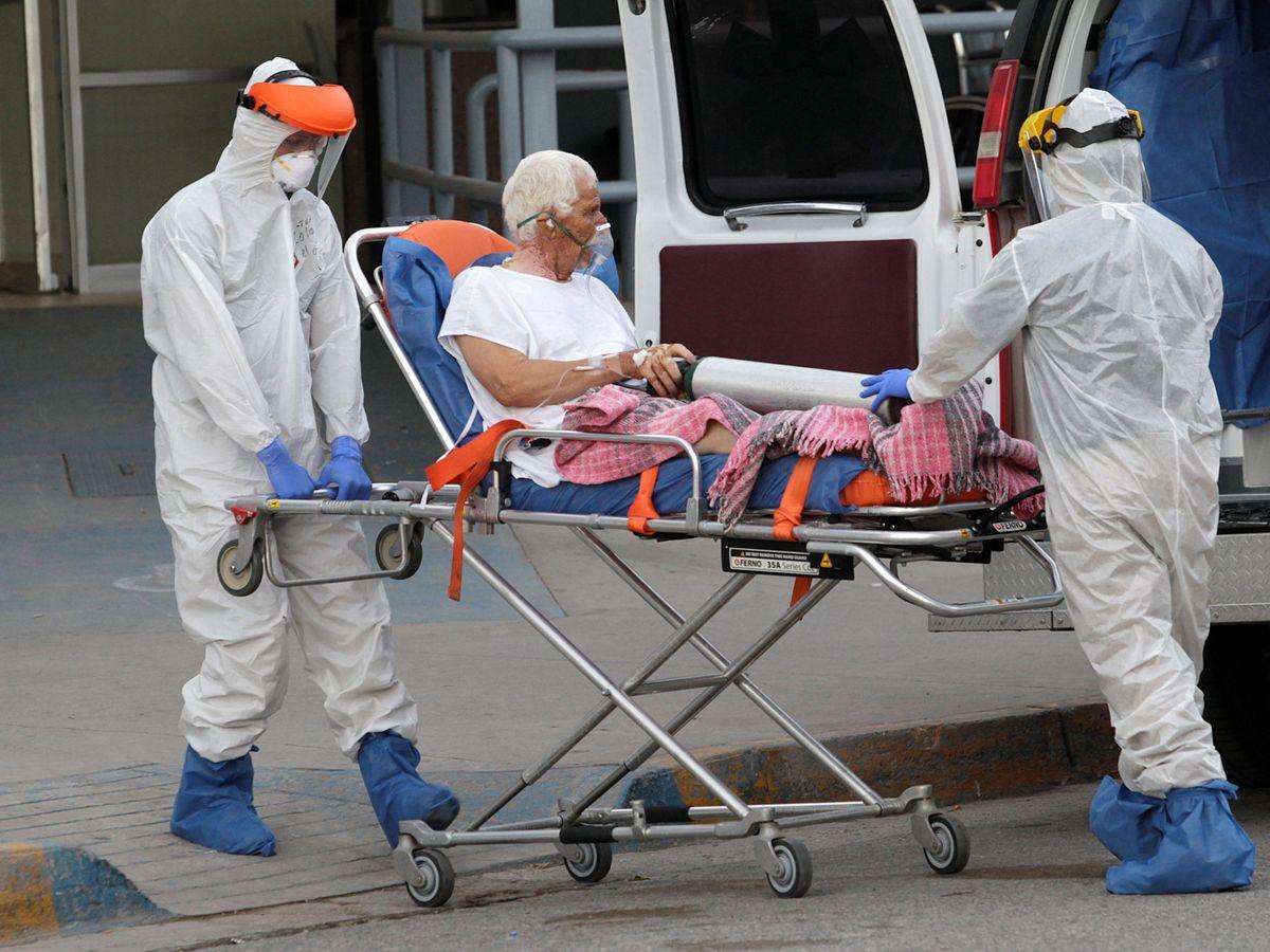 Foto: Sanitarios trasladan a un paciente covid-19. (Reuters)