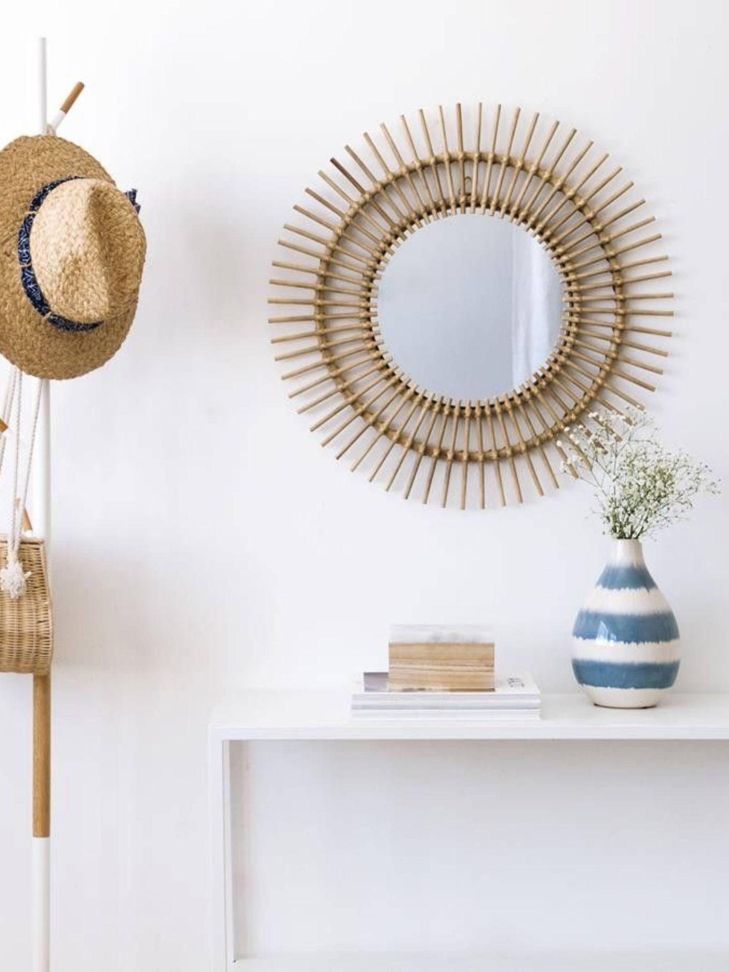 Apuesta por los espejos redondos de fibras naturales como este de Kenay Home. (Cortesía)