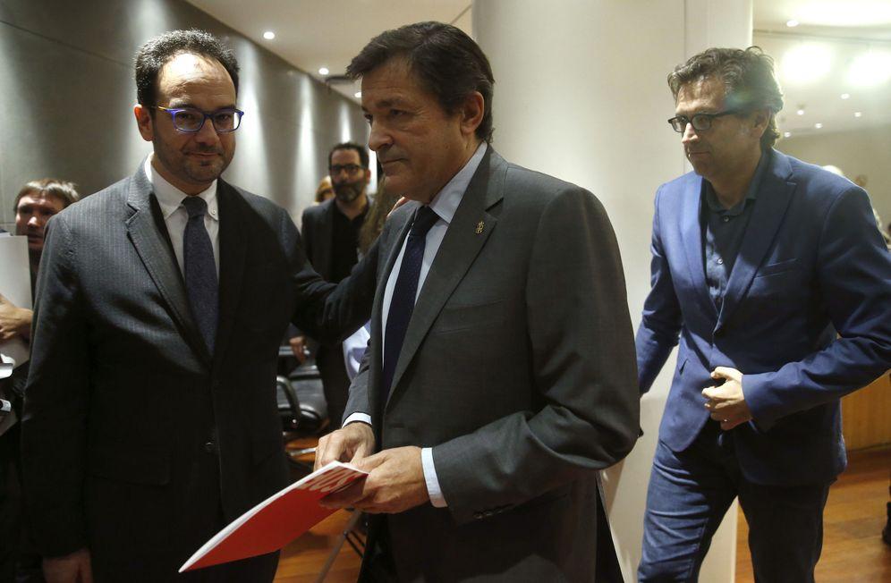 Foto: Antonio Hernando, con el presidente de la gestora socialista, Javier Fernández, este 25 de octubre en el Congreso. (EFE)
