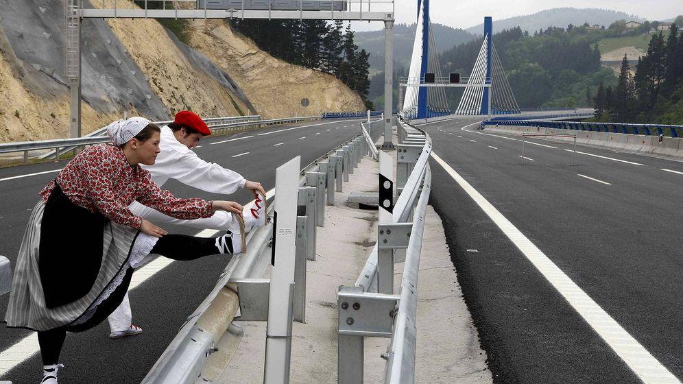 Foto: Dos bailarines estiran antes del acto de apertura del tramo Arrasate-Eskoriatza de la Autopista AP-1. (EFE)