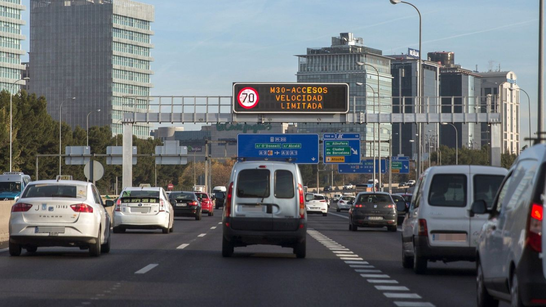 Ni ir a más de 70 ni aparcar en la zona SER: Madrid mantiene el protocolo por polución