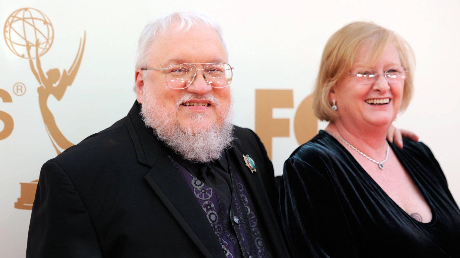 Foto: George R. R. Martin con su esposa, Parris McBride, en Los Ángeles. (Getty)