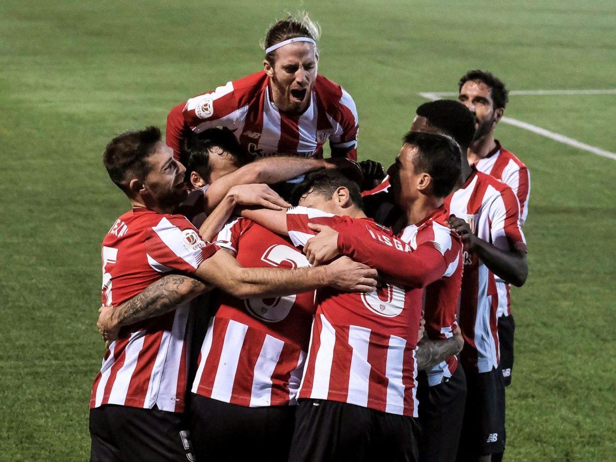 Foto: Los jugadores del Athletic celebran el triunfo en el campo del Ibiza. (Efe)