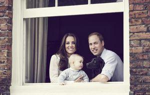 Los duques de Cambridge posan junto a su hijo en un nuevo retrato
