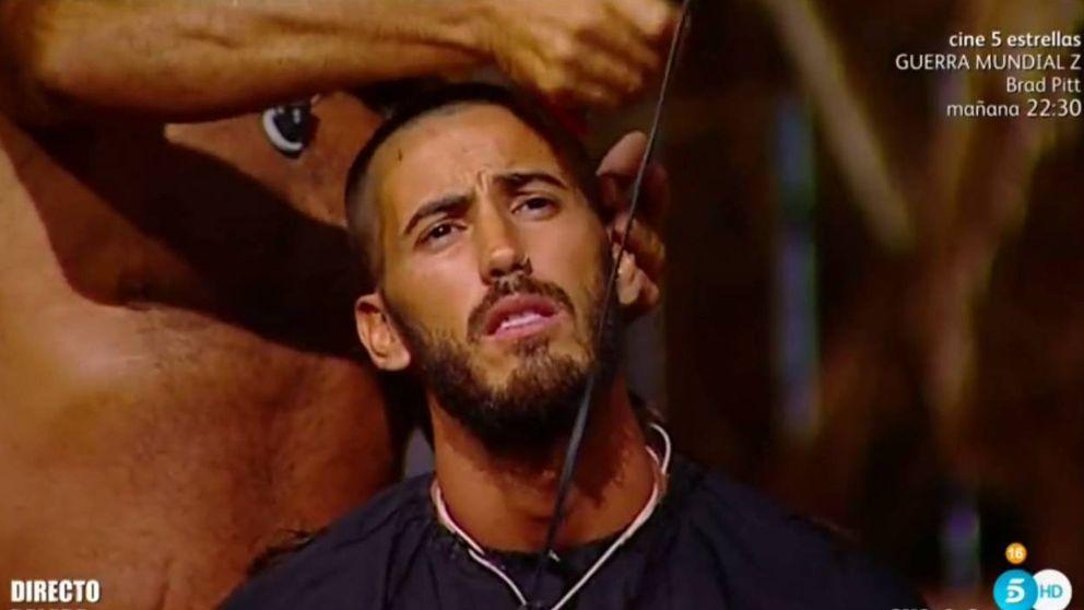 Juan Miguel corta a trasquilones el pelo de Iván, que acaba rapado, en 'SV'