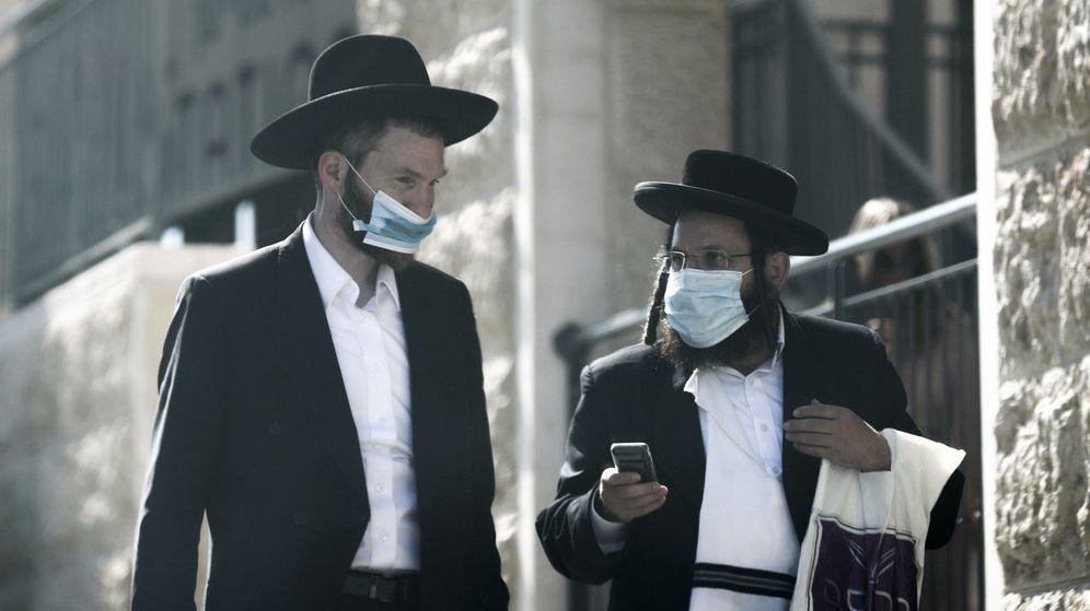 Foto: Dos judíos ultraortodoxos con mascarilla en Jerusalén. (EFE)