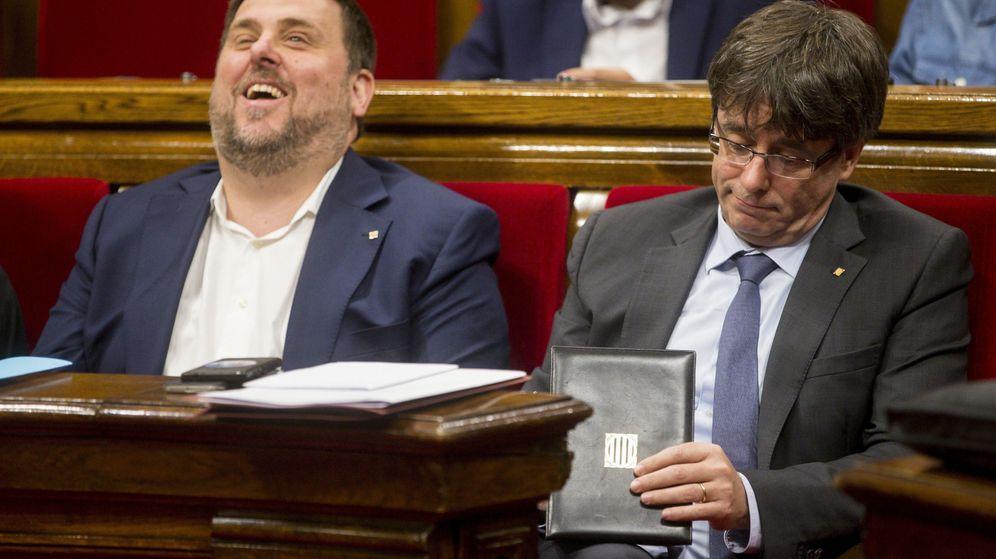 Foto: El presidente de la Generalitat de Cataluña, Carles Puigdemont, junto al vicepresidente, Oriol Junqueras, durante la sesión matinal de control del Parlamento de Cataluña. (EFE)