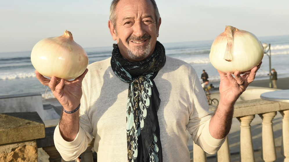 Foto: Arguiñano enseña a los periodistas que acudieron a Zarauz dos cebollas gigantes. (Enrique Moreno Esquibel)