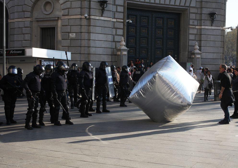 Foto: Manifestación en Barcelona, parte de la muestra de la exposición 'Objetos desobedientes' (V&A)