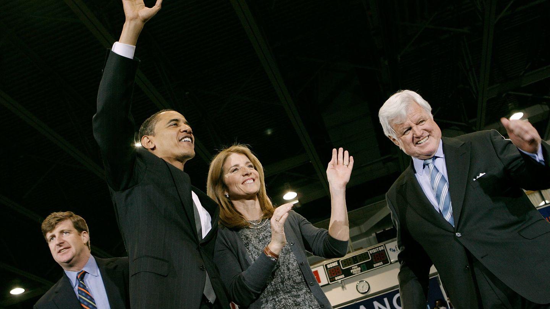 Barack Obama, con Patrick (detrás), Caroline y Ted Kennedy. (Getty)