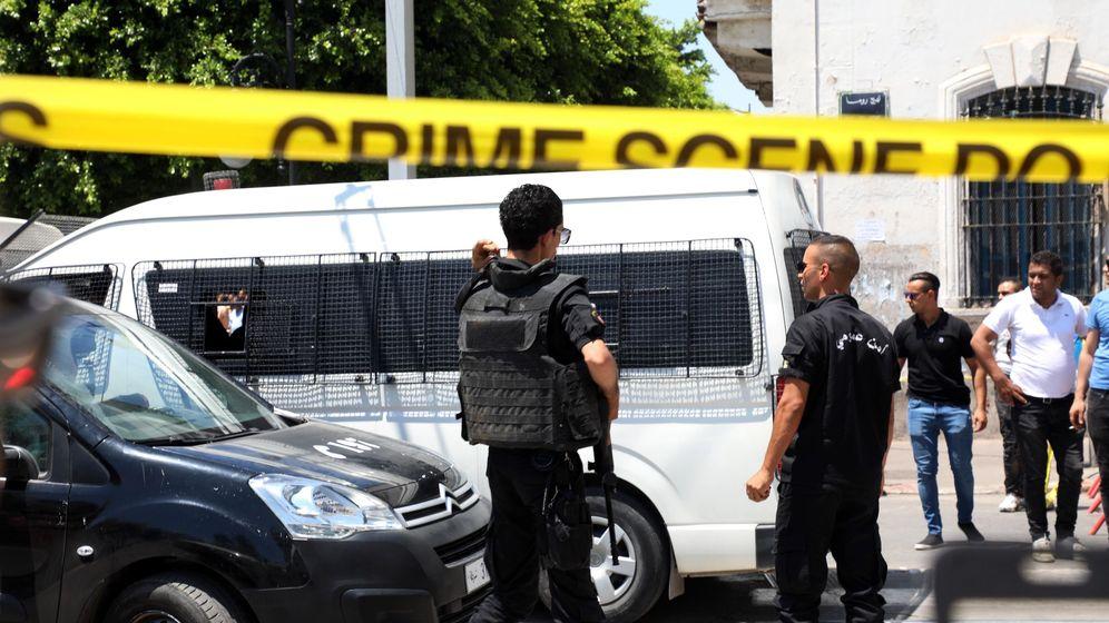 Foto: Cordón policial alrededor de la zona en la que se ha registrado la primera explosión. (EFE)