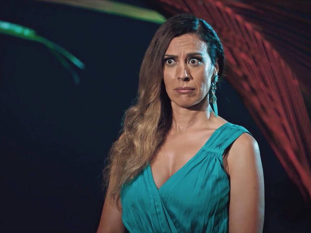Foto: Mónica Naranjo, con cara de asombro en una de las hogueras de 'La isla de las tentaciones'. (Captura de Mediaset)
