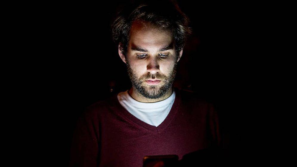 Foto: Joven mirando un móvil por la noche. Foto: Pixabay.