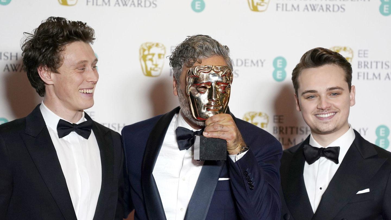 Taika Waititi, ganador del guion adaptado para 'Jojo Rabbit', posa con George MacKay (L) y Dean-Charles Chapman (R). (EFE)