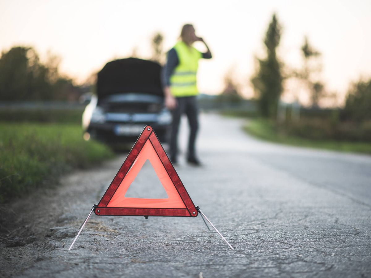 Foto: Un conductor pide asistencia en carretera. (iStock)