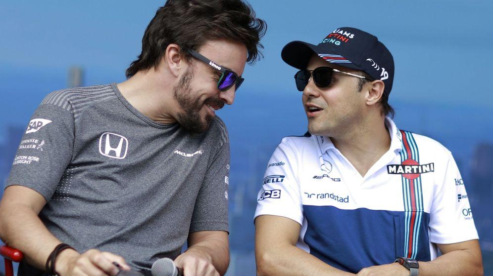 Foto: Alonso y Massa charlan amigablemente en el GP de Australia de este año (EFE)