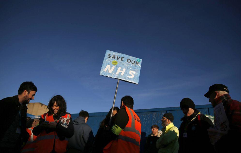 Foto: Doctores jóvenes participan en una huelga en Manchester. (Reuters)