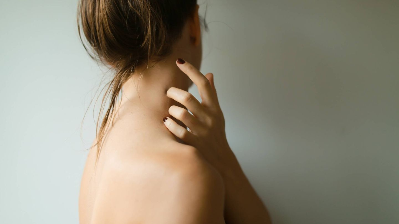 Se puede someter la zona afectada a hacer peelings suaves o tratamientos de luz pulsada intensa. (Ava Sol para Unsplash)