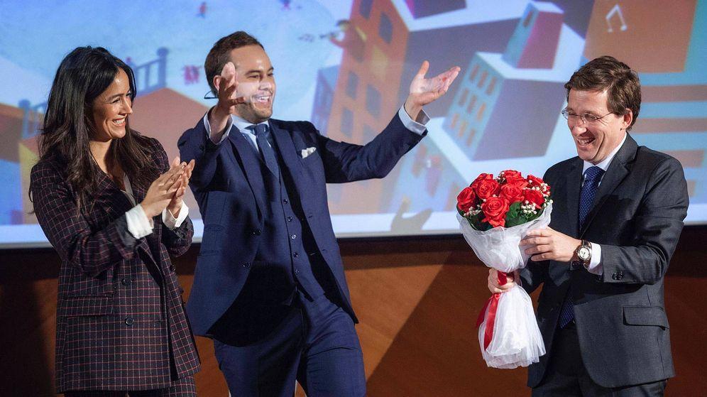 Foto: Jorge Blass, con Almeida y Villacís, en uno de los trucos de magia. (Ayuntamiento de Madrid)