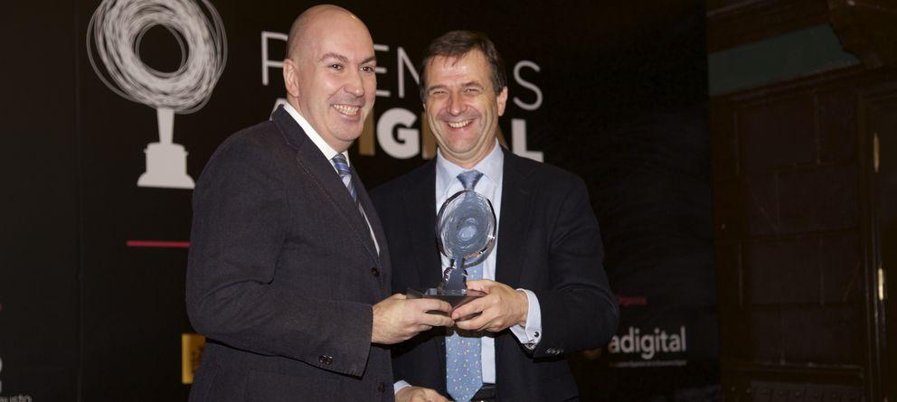 Foto: Entrega al director de El Confidencial, Nacho Cardero (izq.), del premio Adigital a la Comunicación y Divulgación