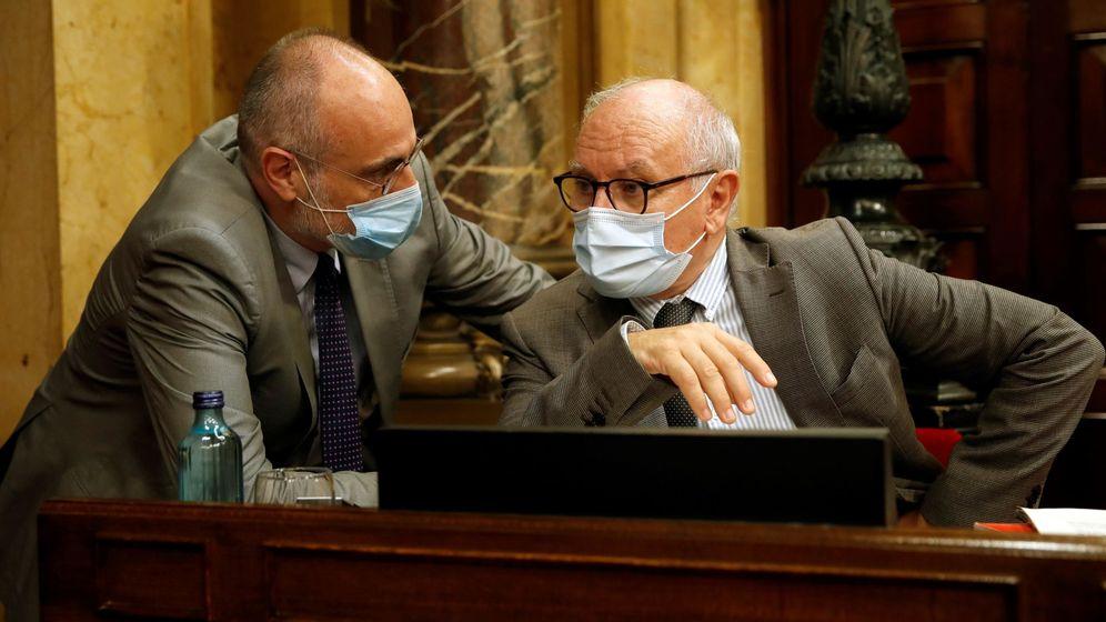 Foto: Los letrados del Parlament Xavier Muro (d) y Joan Ridao (i). (EFE)