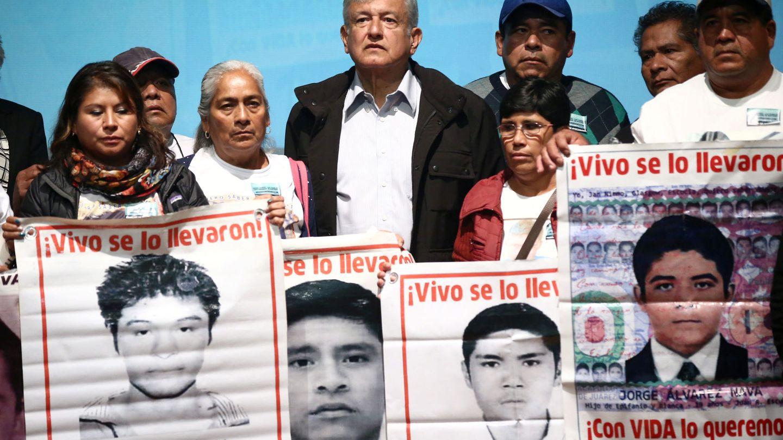 El presidente mexicano Andrés Manuel Lopez Obrador con los familiares de los estudiantes desaparecidos en Ayotzinapa, en septiembre de 2018. (Reuters)