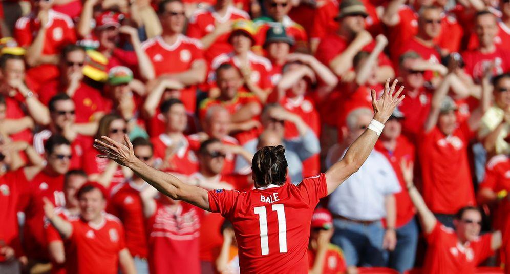 Foto: Bale celebra con aficionados de Gales el gol que acabó siendo definitivo (Reuters)