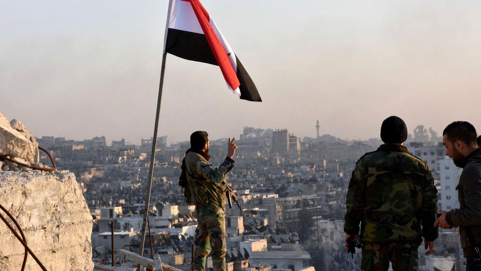 Foto: Soldados gubernamentales colocan una bandera tras la toma de una gran parte del este de Alepo, el 28 de noviembre de 2016. (Reuters)
