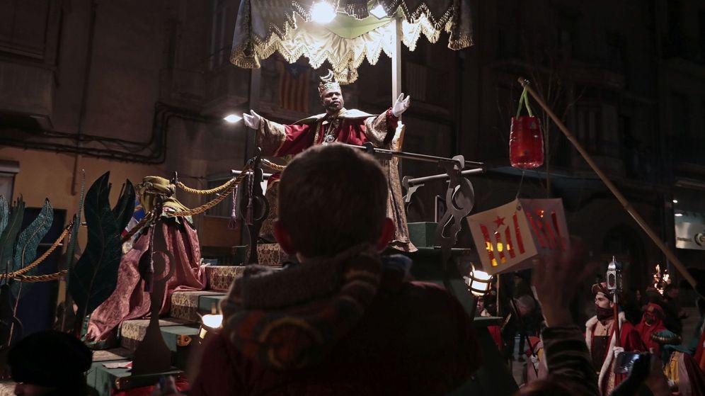 Foto: Los Reyes Magos desfilan en la cabalgata de Vic. (EFE)