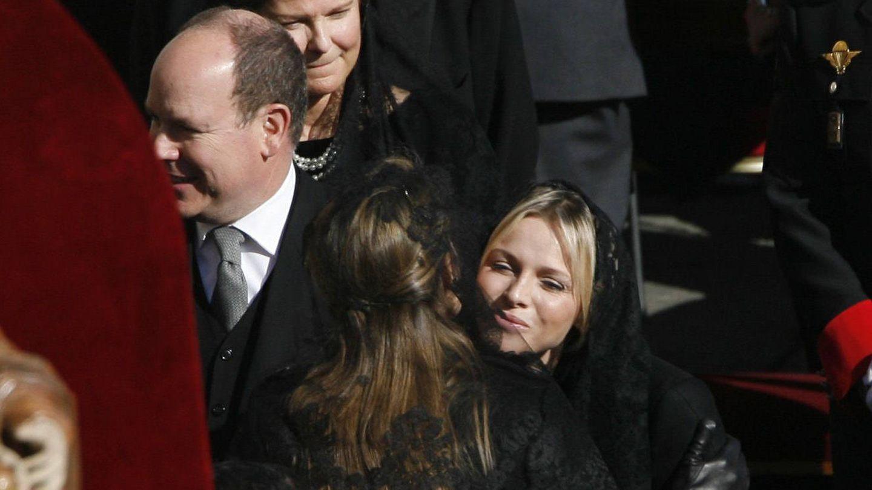 La única imagen que existe de Letizia y Charlène juntas. (Getty)