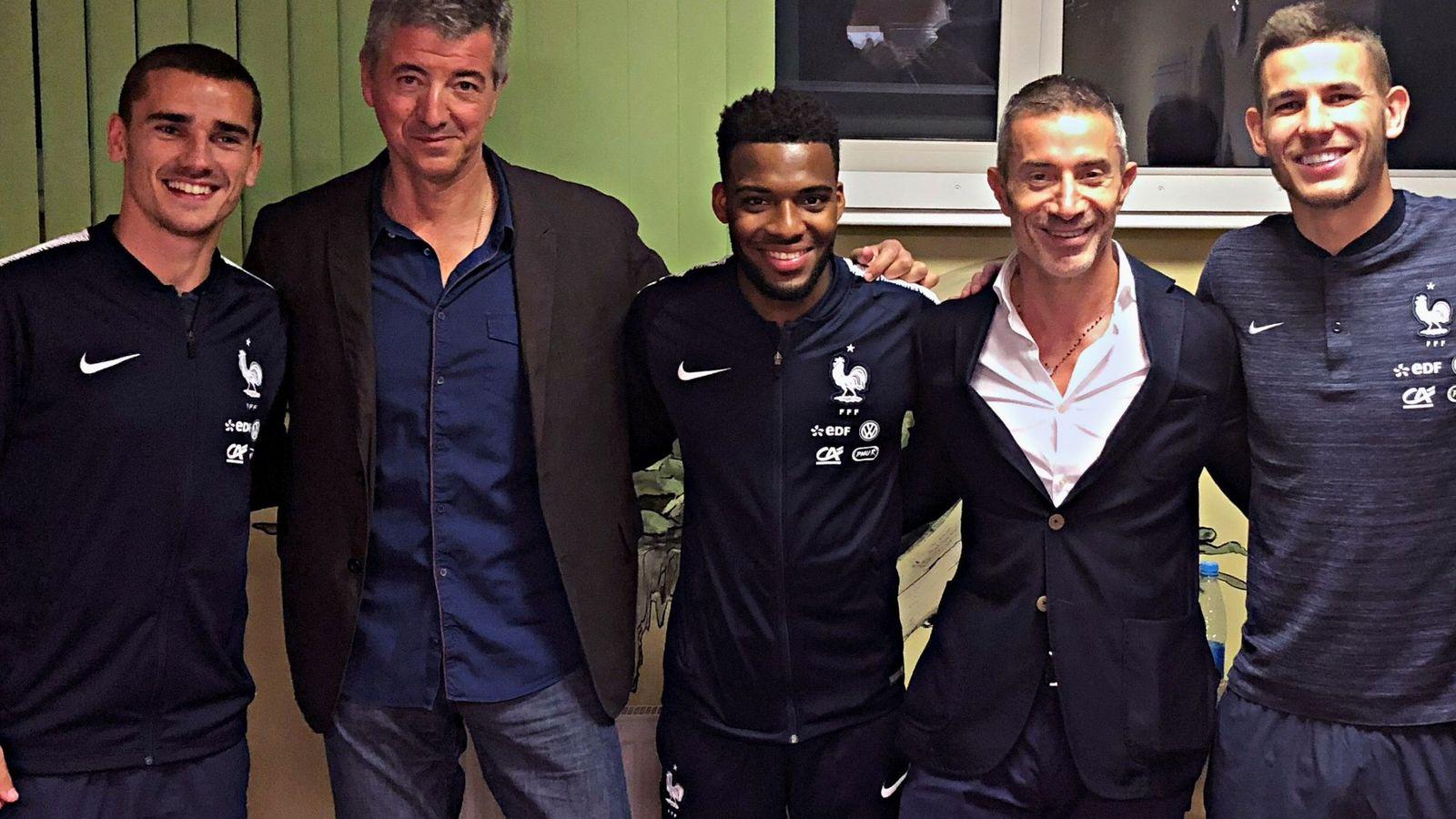 Foto: Griezmann posa con Miguel Ángel Gil Marín, Lemar, Andrea Berta -director deportivo- y Lucas. (foto atlético de madrid)