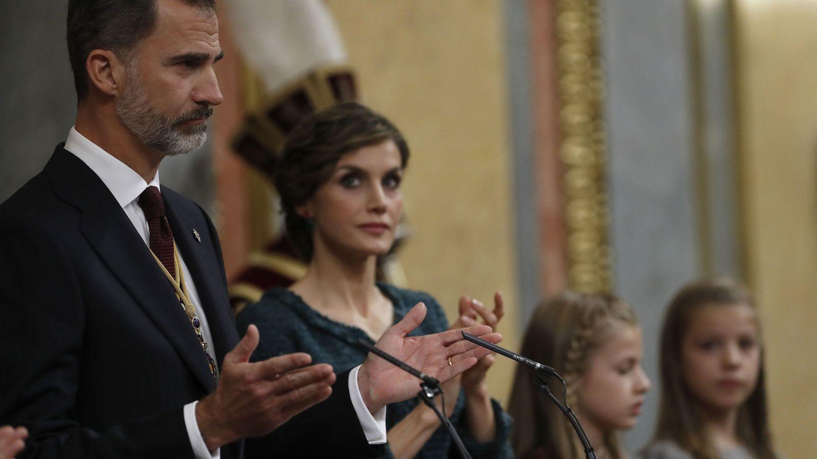 Foto:  El Rey Felipe VI es aplaudido por la Reina Letizia durante la apertura solemne de las Cortes de la XII legislatura. (EFE)
