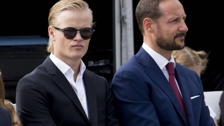 Foto: El príncipe Haakon junto al hijo de su esposa (Gtres)