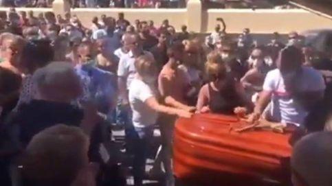 Se saltan las medidas de seguridad en un entierro multitudinario de Tenerife