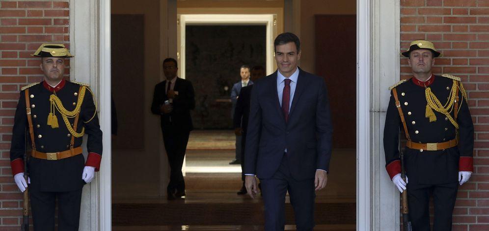 Foto: Pedro Sánchez sale a la entrada del palacio de la Moncloa para recibir al primer ministro del Líbano, Saad Hariri, el pasado 20 de julio. (EFE)