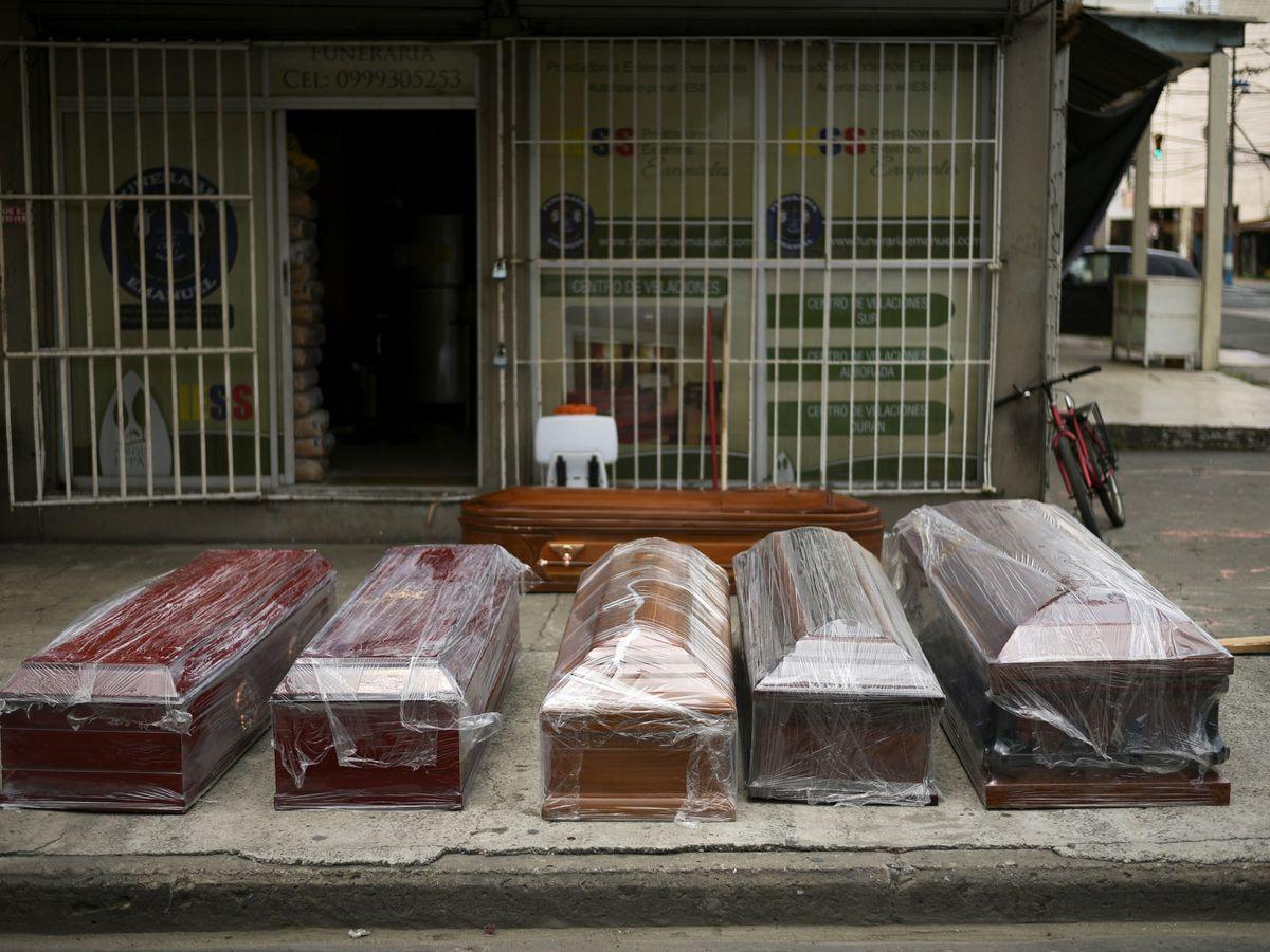 Foto: Ataúdes en Guayaquil. (Reuters)
