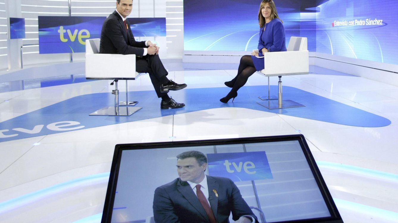 Foto: El secretario general del PSOE y candidato el 20-D, Pedro Sánchez, durante su entrevista con Ana Blanco en La 1 de TVE, este 2 de noviembre. (RTVE / EFE)