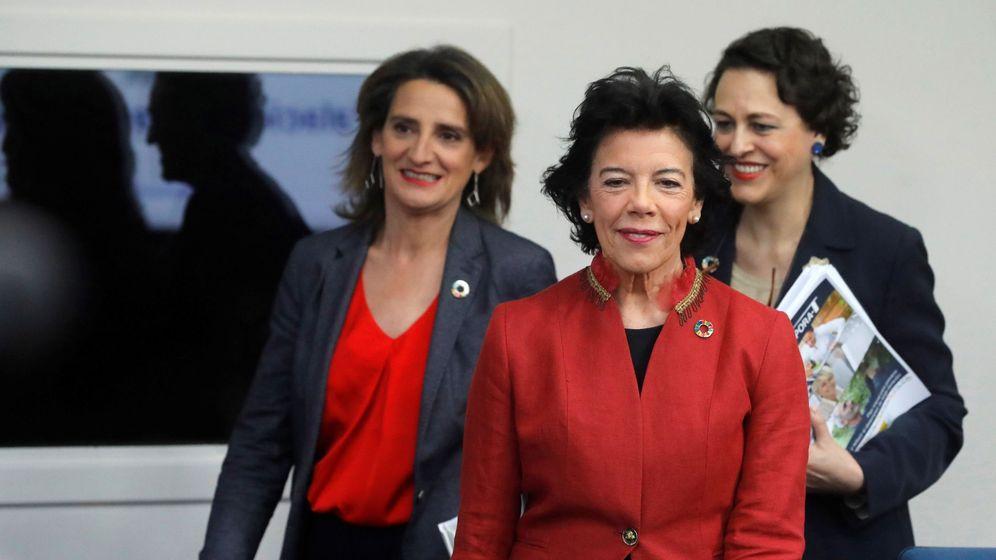 Foto: La ministra de Educación y portavoz del Gobierno, Isabel Celaá, la ministra para la Transición Ecológica, Teresa Ribera (i), y la ministra de Trabajo, Magdalena Valerio (d). (EFE)
