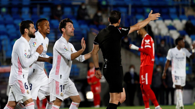 Los jugadores del Real Madrid protestan el penalti concedido a favor del Sevilla en la jornada 34. (EFE)