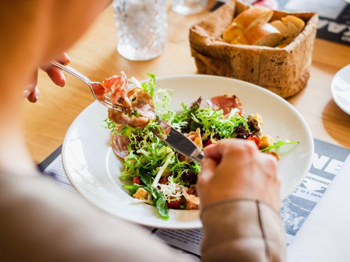 Foto: Errores en la comida que nos impiden adelgazar. (Louis Hansel para Unsplash)