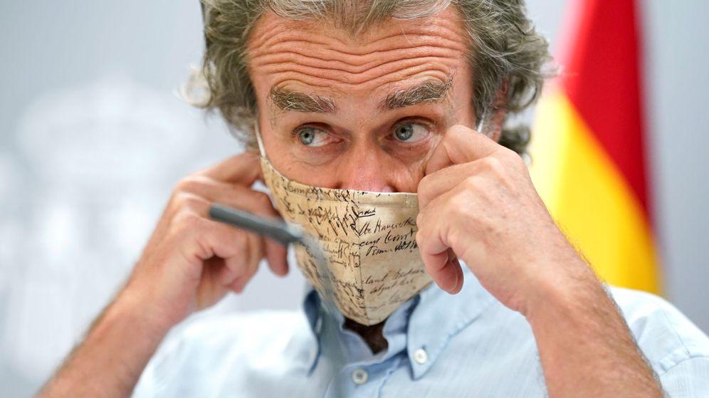 Foto: Fernando Simón se pone la mascarilla tras una de sus ruedas de prensa. (Reuters)
